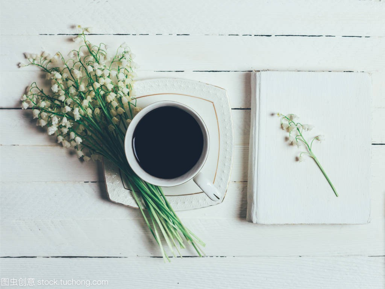 书,杯木桌和百合花在大全顶部上的图片,花束视白色超短发男童咖啡图片