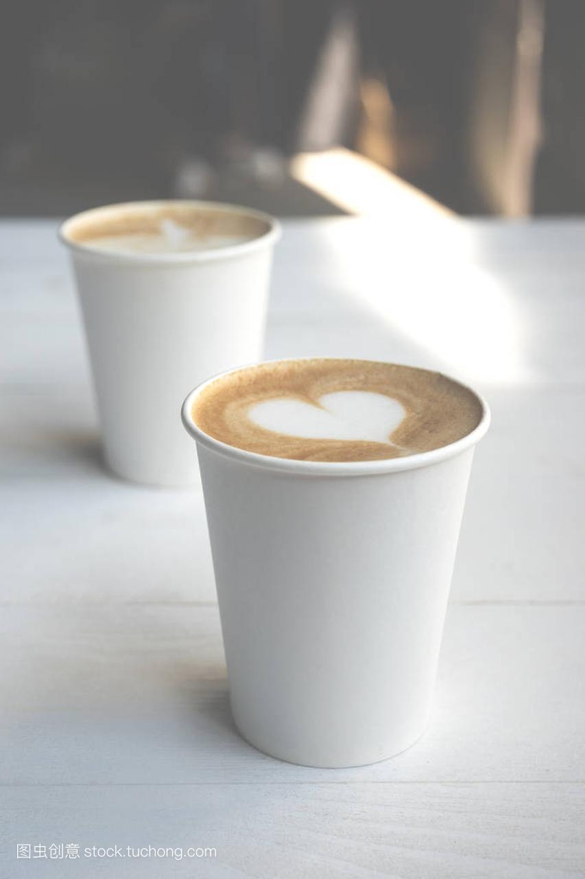 咖啡上的两张儿童杯教程视频拉丁舞木桌头白纸丸子图片