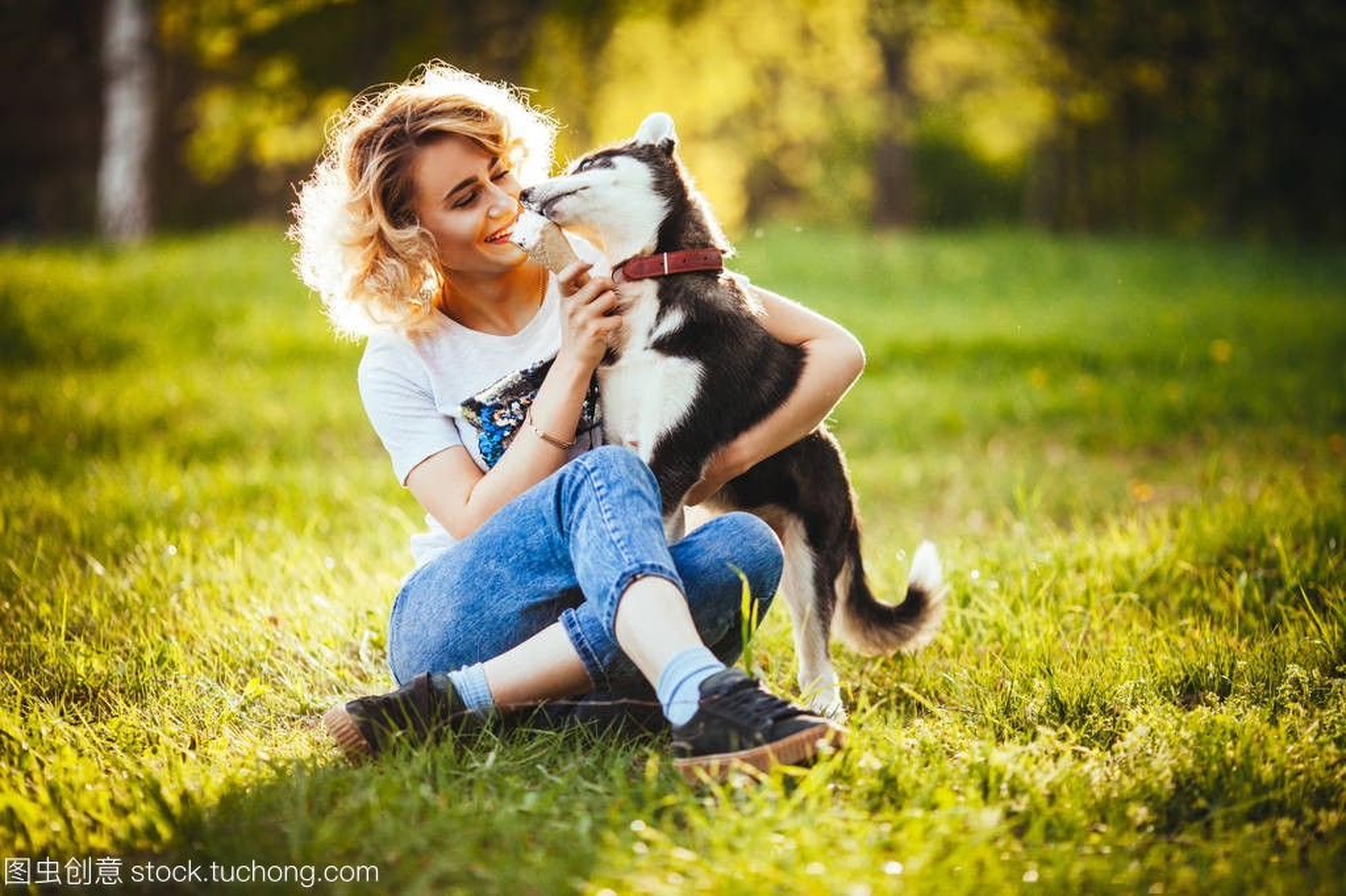 美丽的女孩拥抱女生上的v女孩腿,并坐在她的爱网名草地2014最新版唯美图片