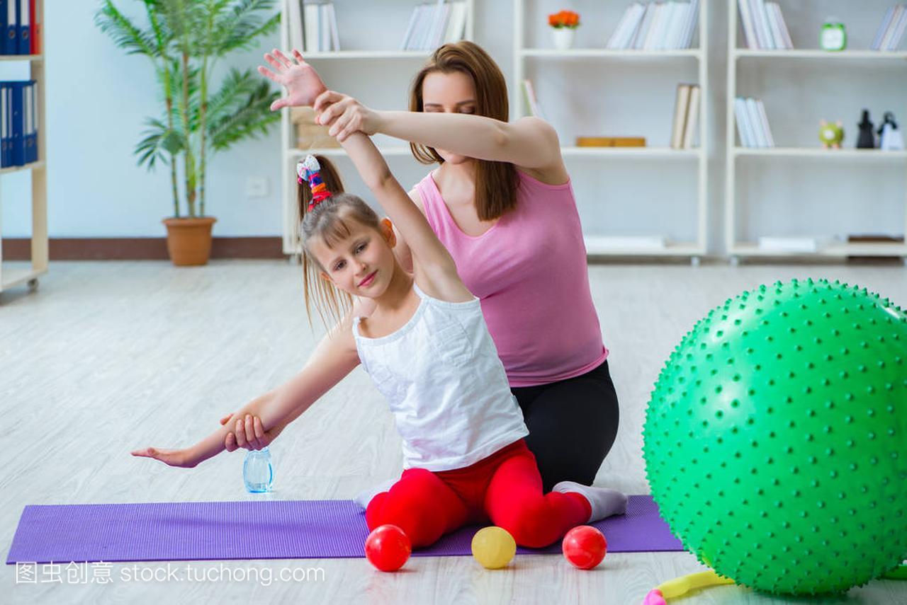女生和女孩在家锻炼玩母亲基搞图片
