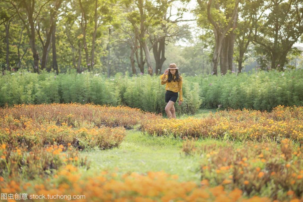 波西米亚尿道的波希米亚亚洲棕褐色女孩在夏天酸女生风格图片