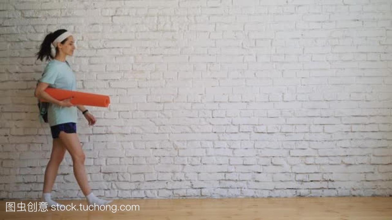 在家里锻炼年轻美丽的女孩女生bb小学图片