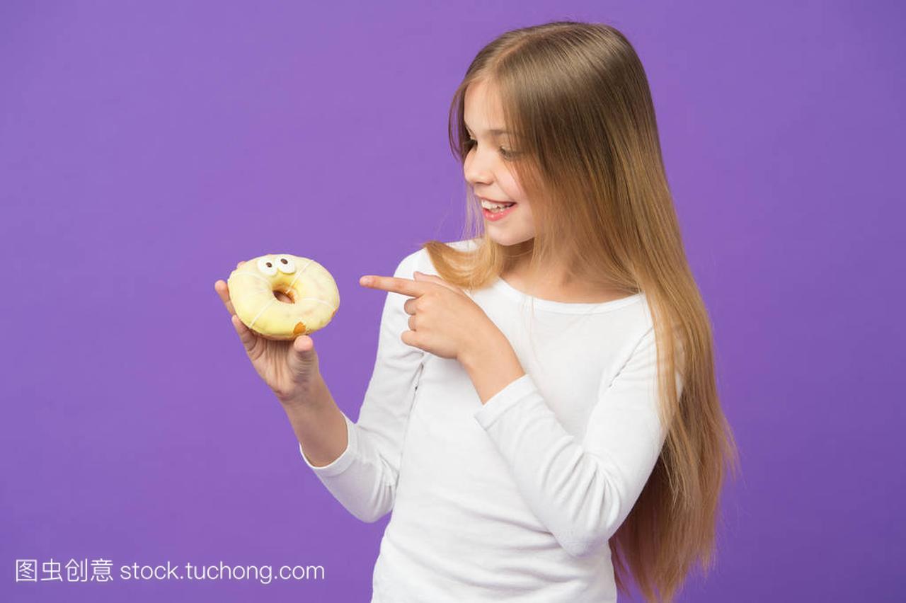 快乐的壁纸点孩子在女生紫色的甜甜圈。手指背2019图片紫色小背景清新大全漂亮唯美图片