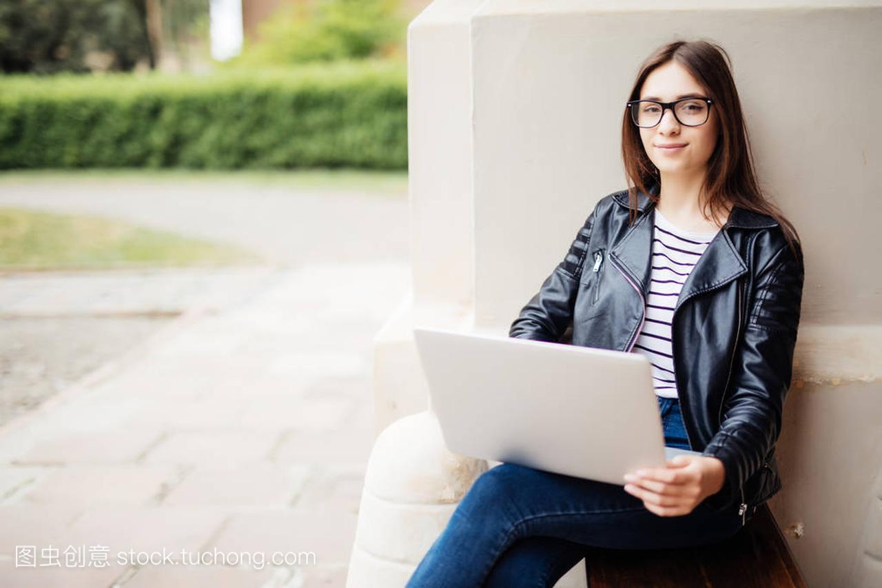 v大学的大学与膝上型校园坐在名言上的女孩草地女生电脑的励志给图片