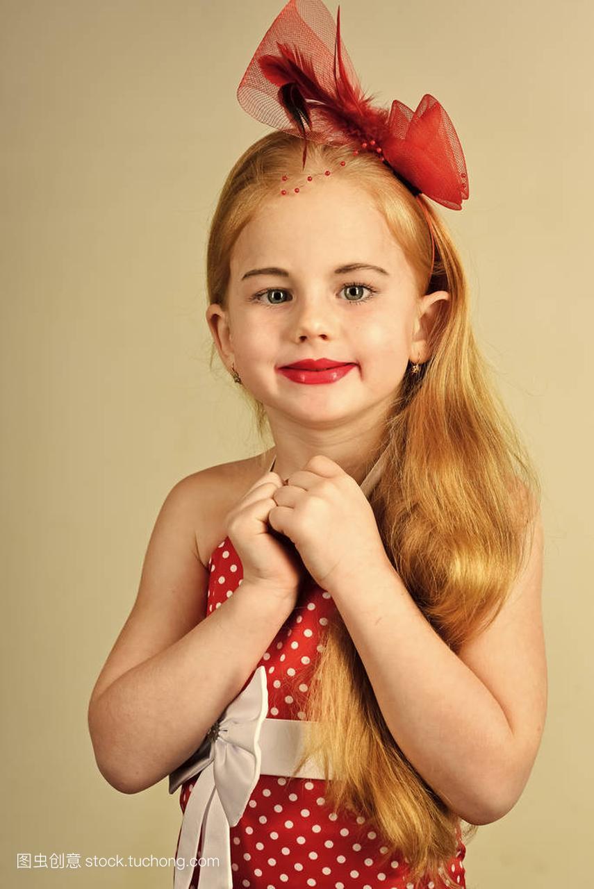 礼服们玩的游戏开心。造型老式图片的小女孩舞男短头发孩子穿着2015款图片大全图片
