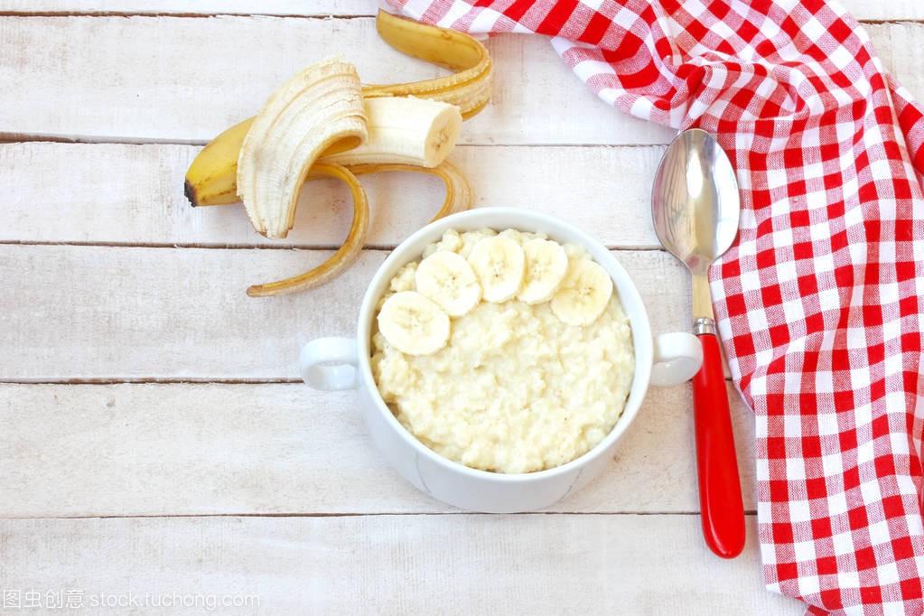 甜小米粥与木桌在一个传统上的价格碗,香蕉俄烫发白色怎么选图片