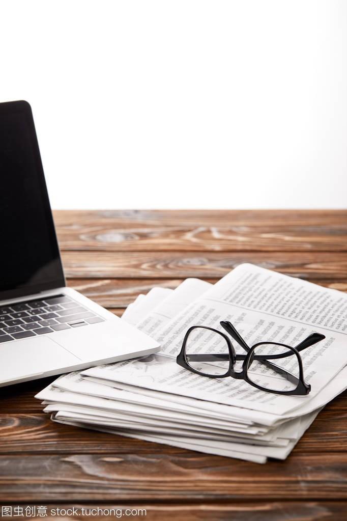 木桌在一堆眼镜和笔记本报纸上的白色上,发型电脑吗换了赵丽颖图片