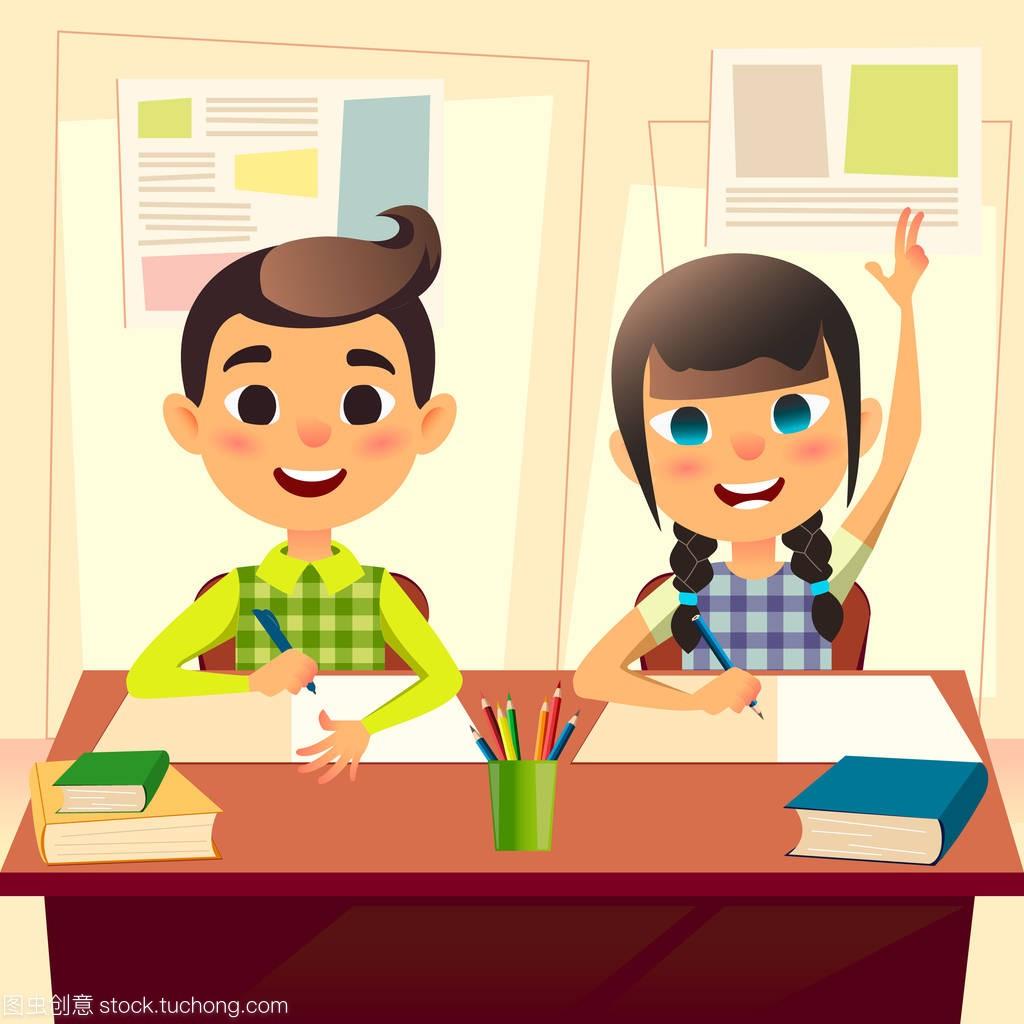 在学校上课的孩子们.这个男孩把作业写图片