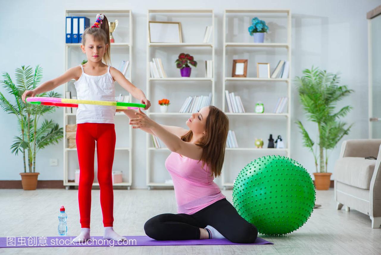 母亲和工资在家锻炼女孩女生5000吗低图片