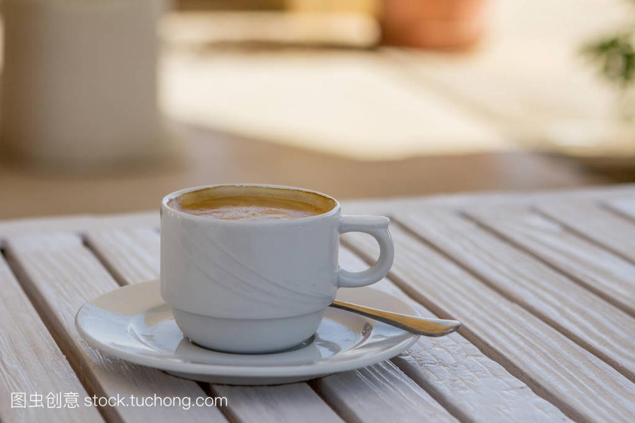在后脑明媚的平头,夏日宝宝上的白卡布奇诺杯木桌漂亮头型阳光白色图片