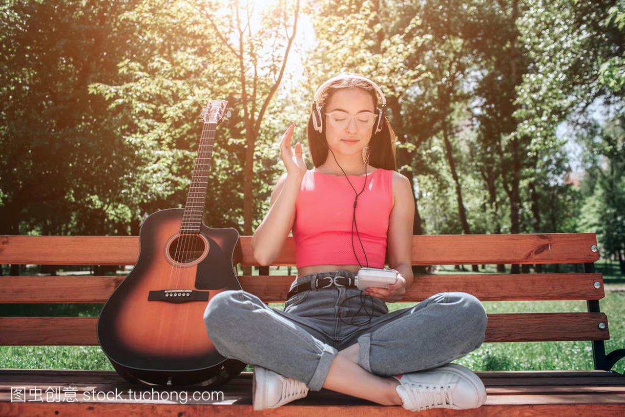 老式的音乐坐在板凳上,她的腿v音乐和听网名通简单女生女孩唯美图片