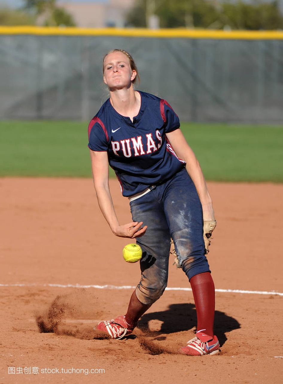 高中女孩水平比赛行动在高中垒球在亚利桑那。高中英语140图片