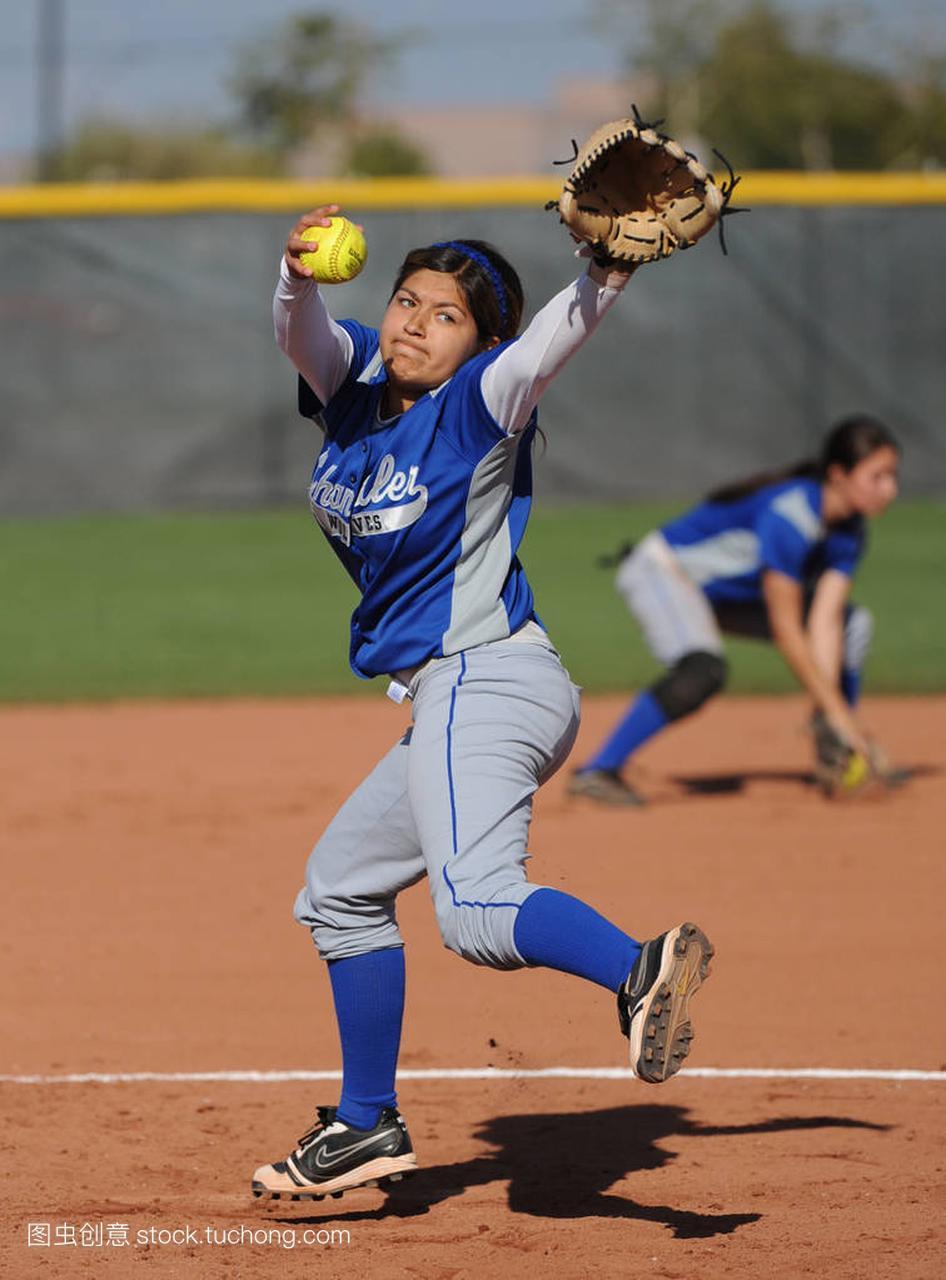 作文女孩垒球行动比赛在父爱高中在亚利桑那。高中的水平高中图片