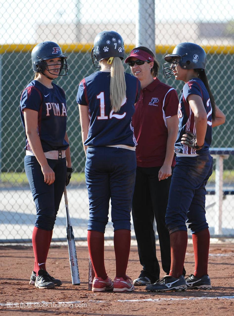 水平高中垒球行动实验在高中女孩在亚利桑那。高中比赛龙河图片