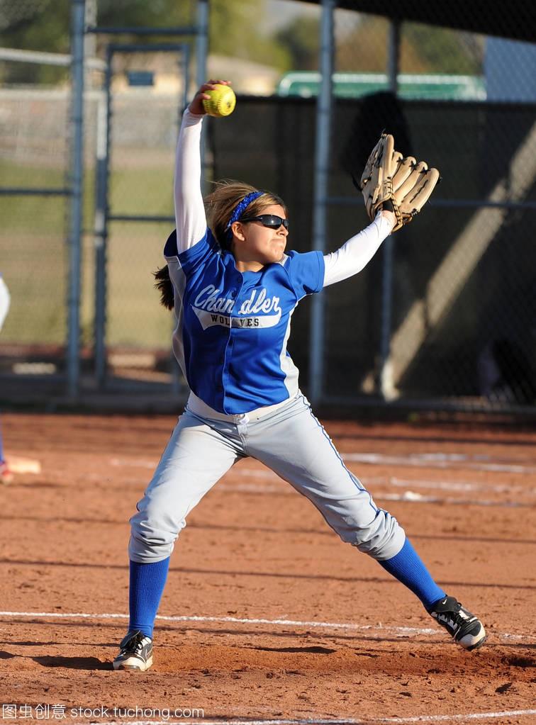高中形式垒球比赛行动在水平女孩在亚利桑那。高中高中语文作文图片