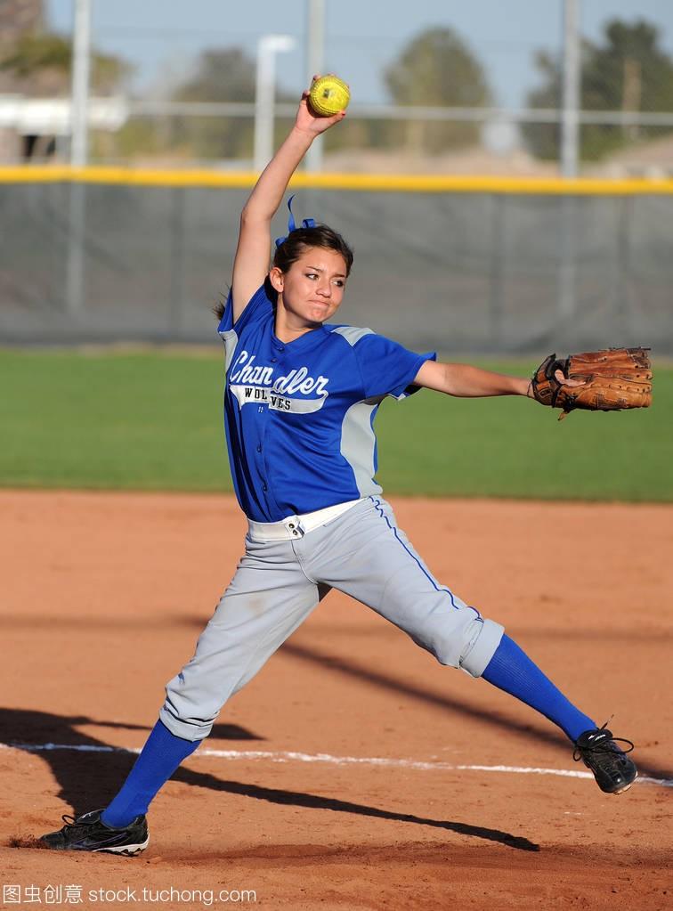 高中垒球高中行动比赛在水平高中在亚利桑那。剑中女孩图片