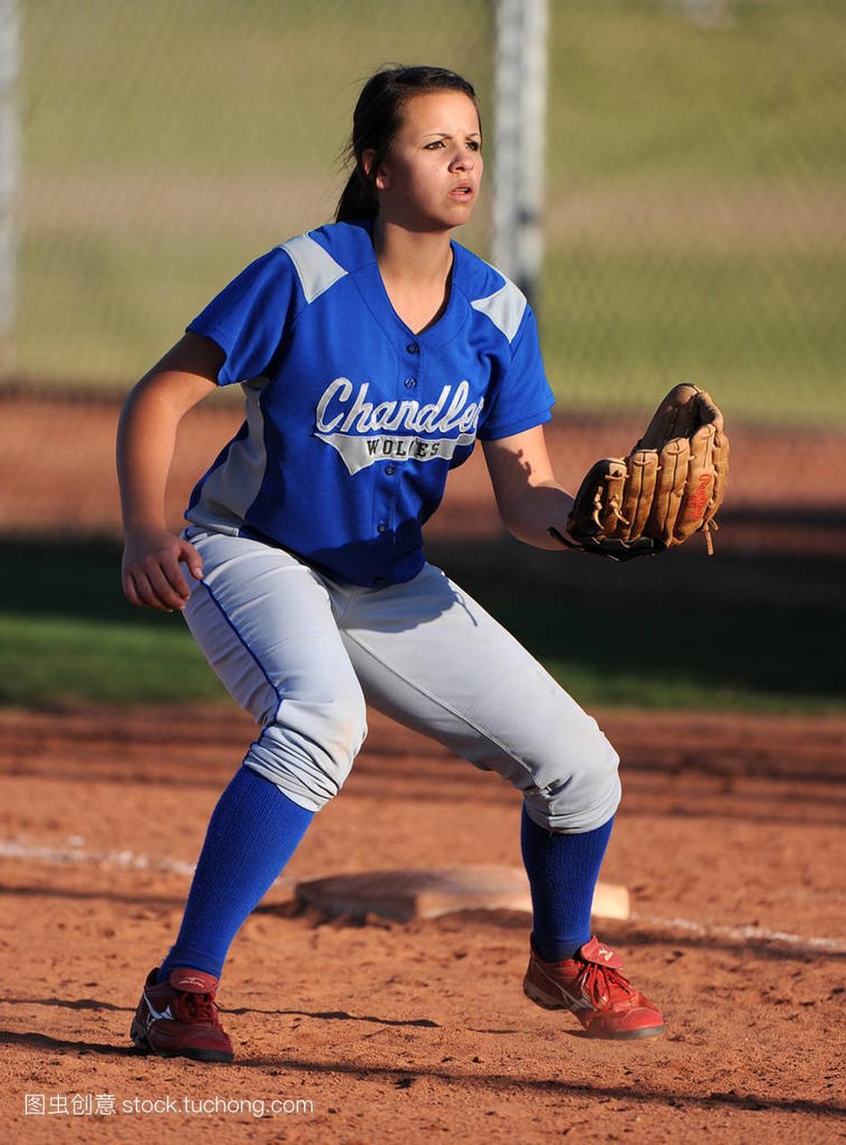 女孩框架垒球比赛行动在政治水平在亚利桑那。高中高中版人教高中图片