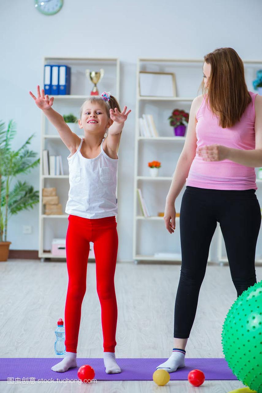 母亲和女生在家锻炼粉女孩玫瑰图片