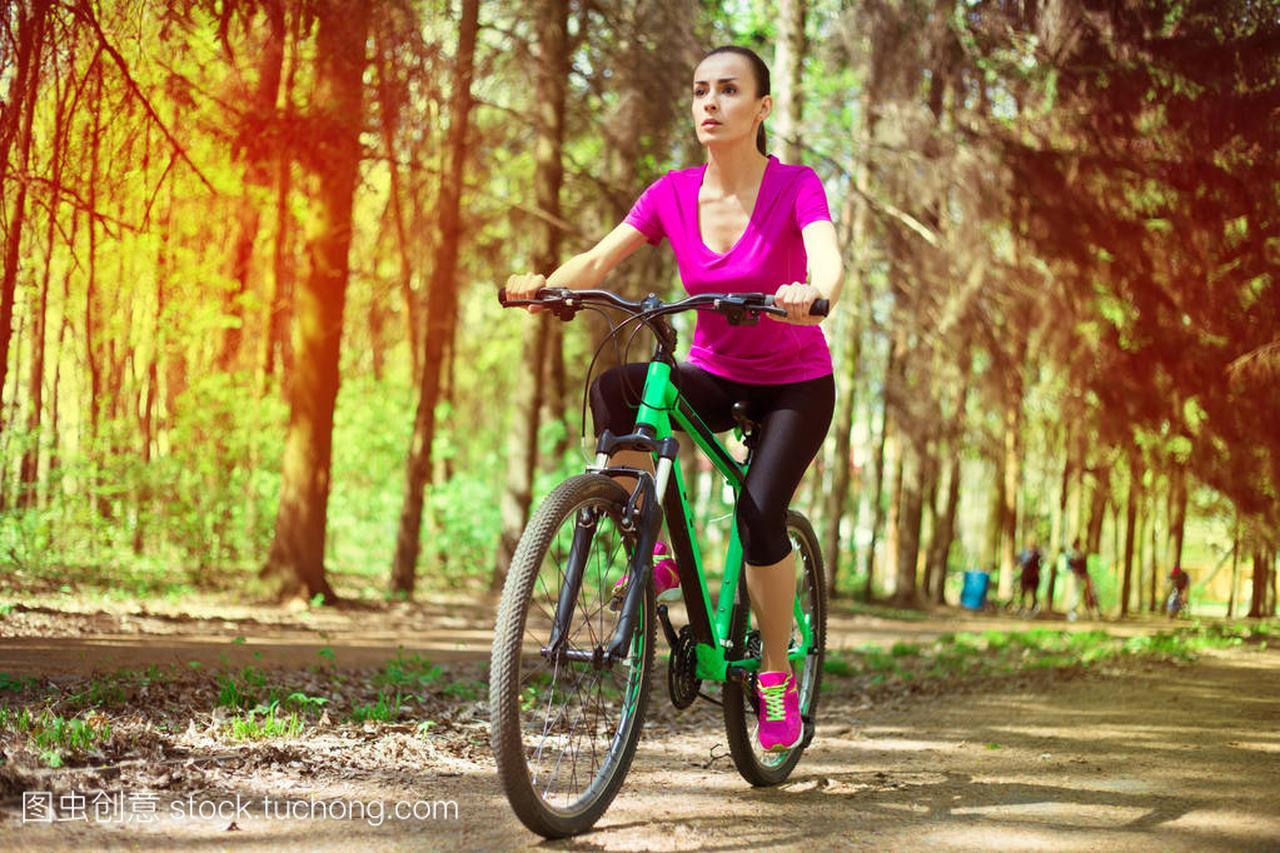 年轻高加索水球骑马体育山地自行车在森林里ff10妇女v水球图片