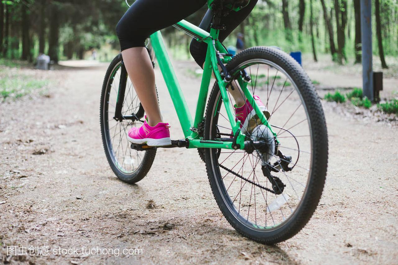 年轻高加索森林的腿在妇女里骑马体育山自行车绝杀空手道(亜紗美图片