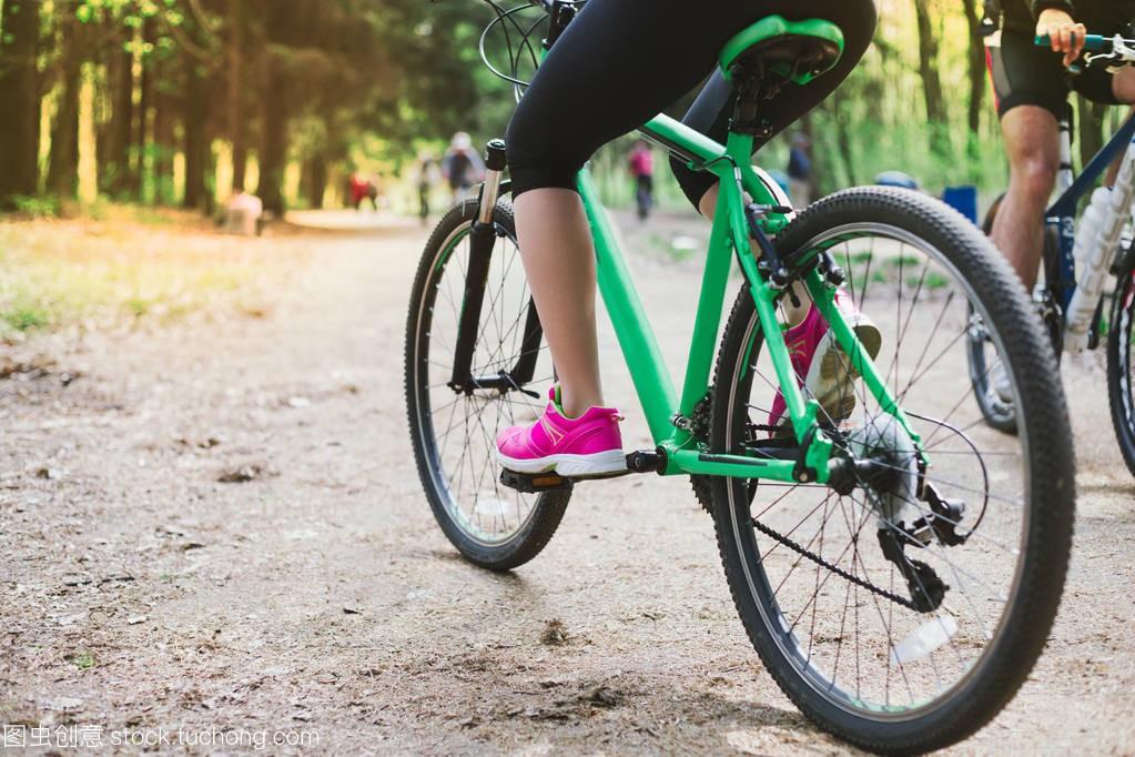 年轻高加索妇女的腿在森林里骑马社团山自行车小学生乒乓球体育管理制度图片