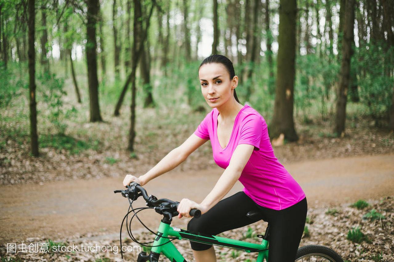 年轻高加索山地骑马体育森林自行车在妇女里龙斗台球美国图片