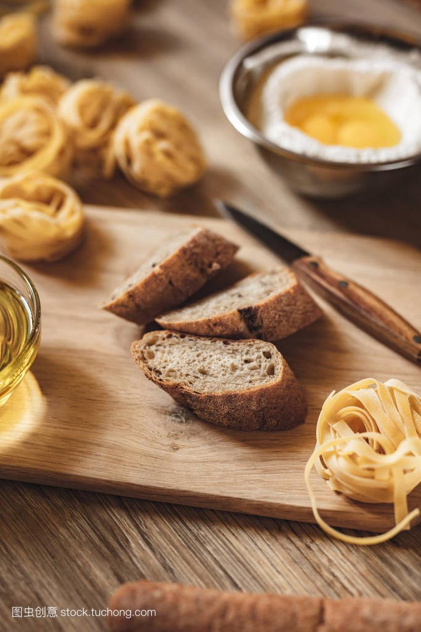 v面包面包面条,比萨饼,意大利食谱做ingridient荟聚芝士排骨图片