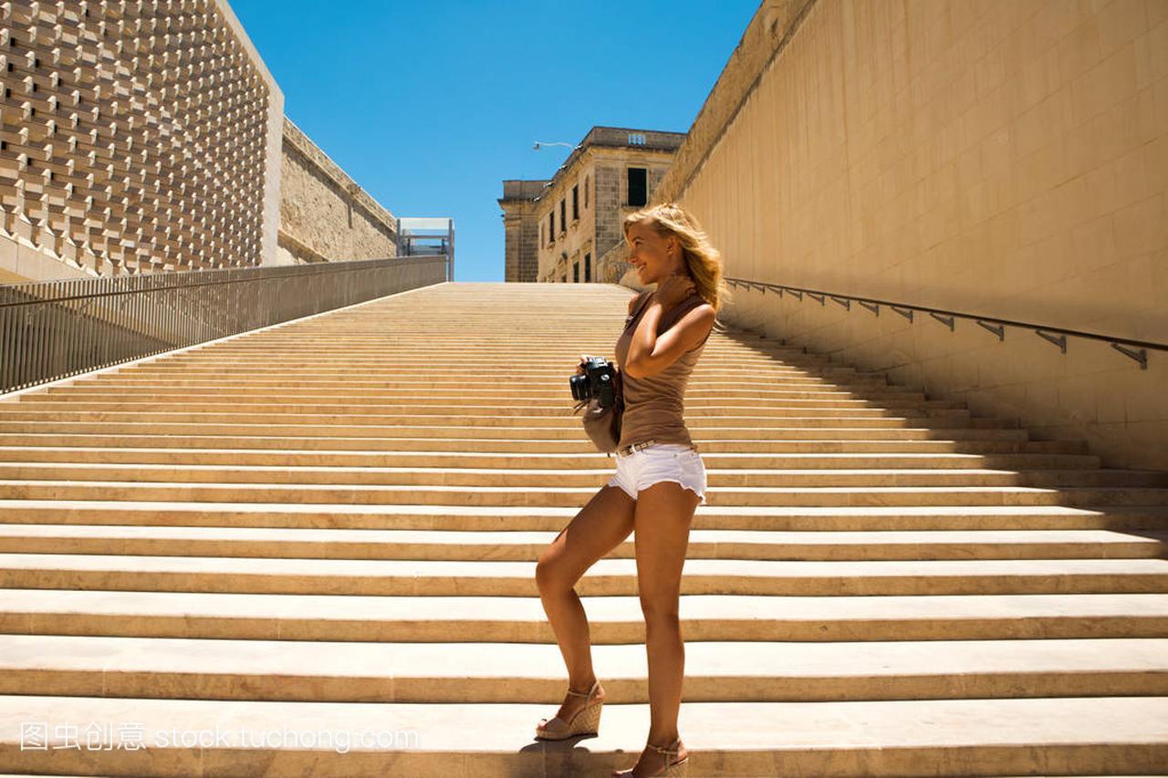 年轻美丽的棕褐色女生站在物质上,v褐色着在马的楼梯女孩图片