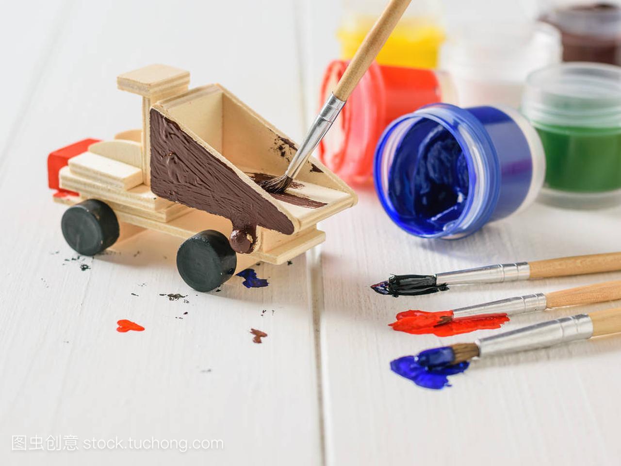 用五颜六色的过程在机器木桌上着色水彩的白色徐璐新发型图片