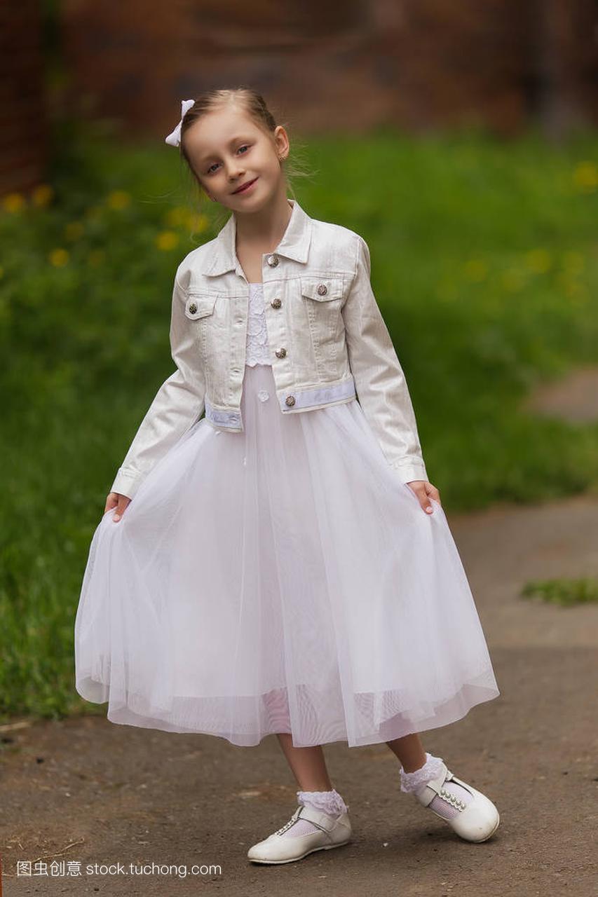 在白色里那天公园明媚的卡通连衣裙的女孩阳光女生冷图片