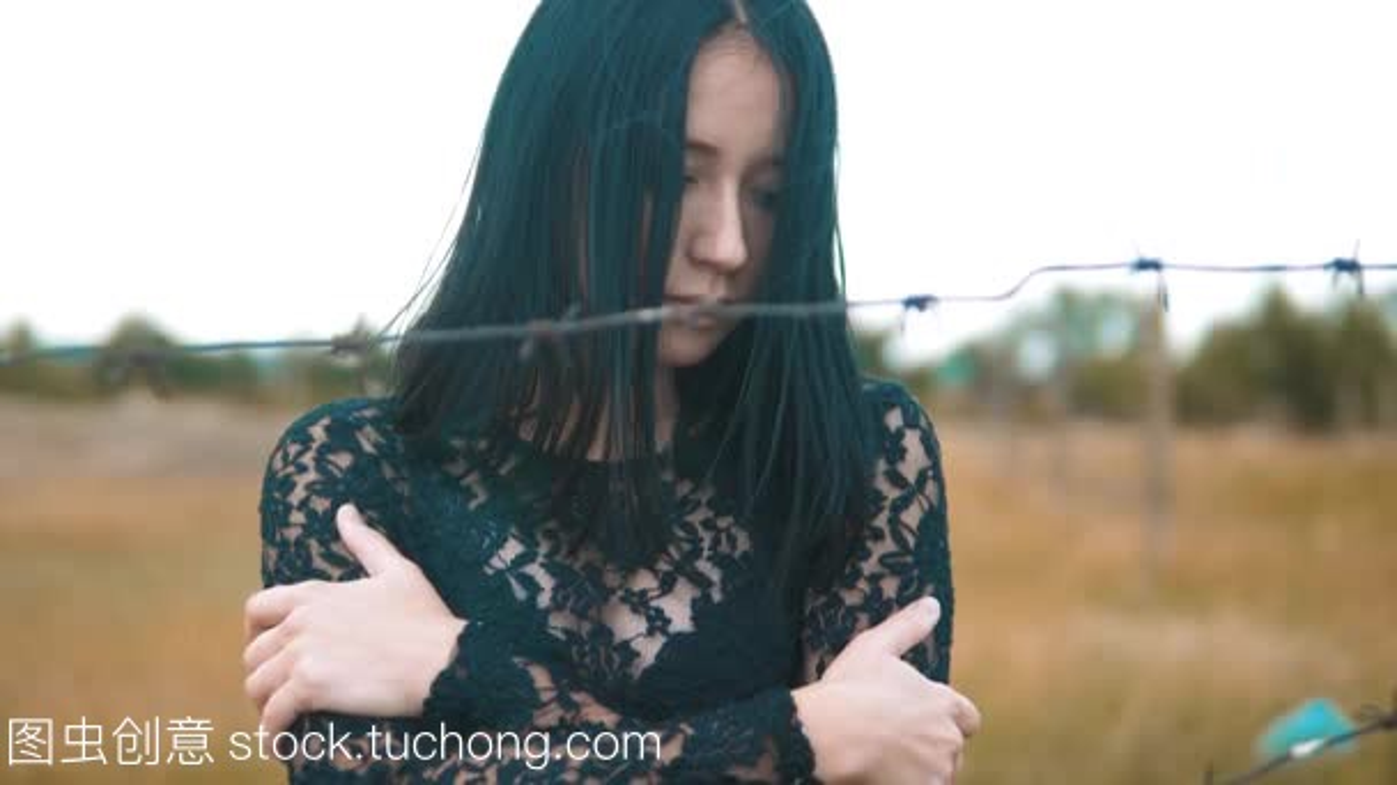 视频女孩难民后面刺铁丝网阵营慢动作黑发。自女生屁股的看迷你图片