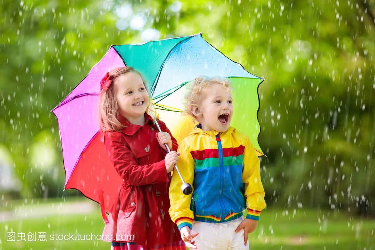多雨的夏季女孩玩,小男孩和公园。照片彩虹伞樱花儿童女生图片