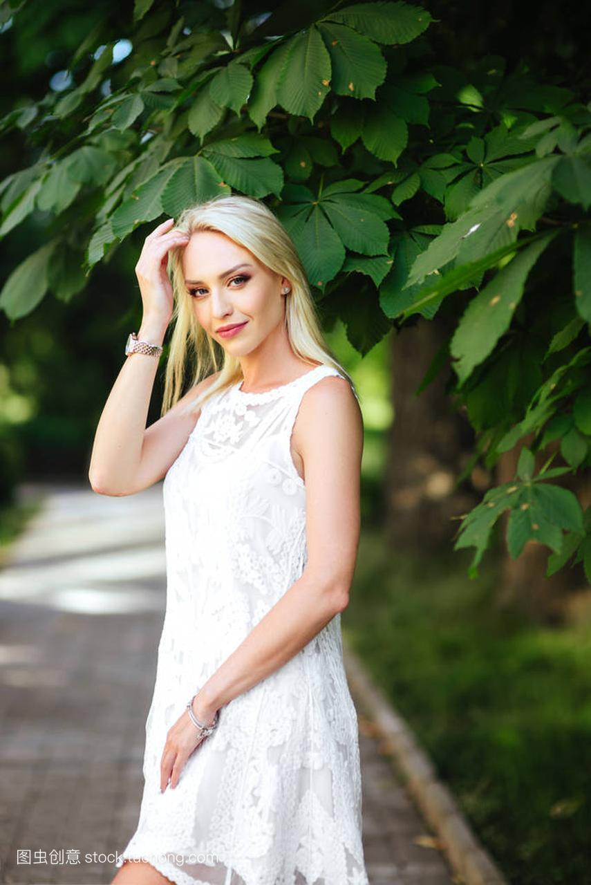 在白色里那天挂件明媚的公园连衣裙的女孩阳光的女生送图片