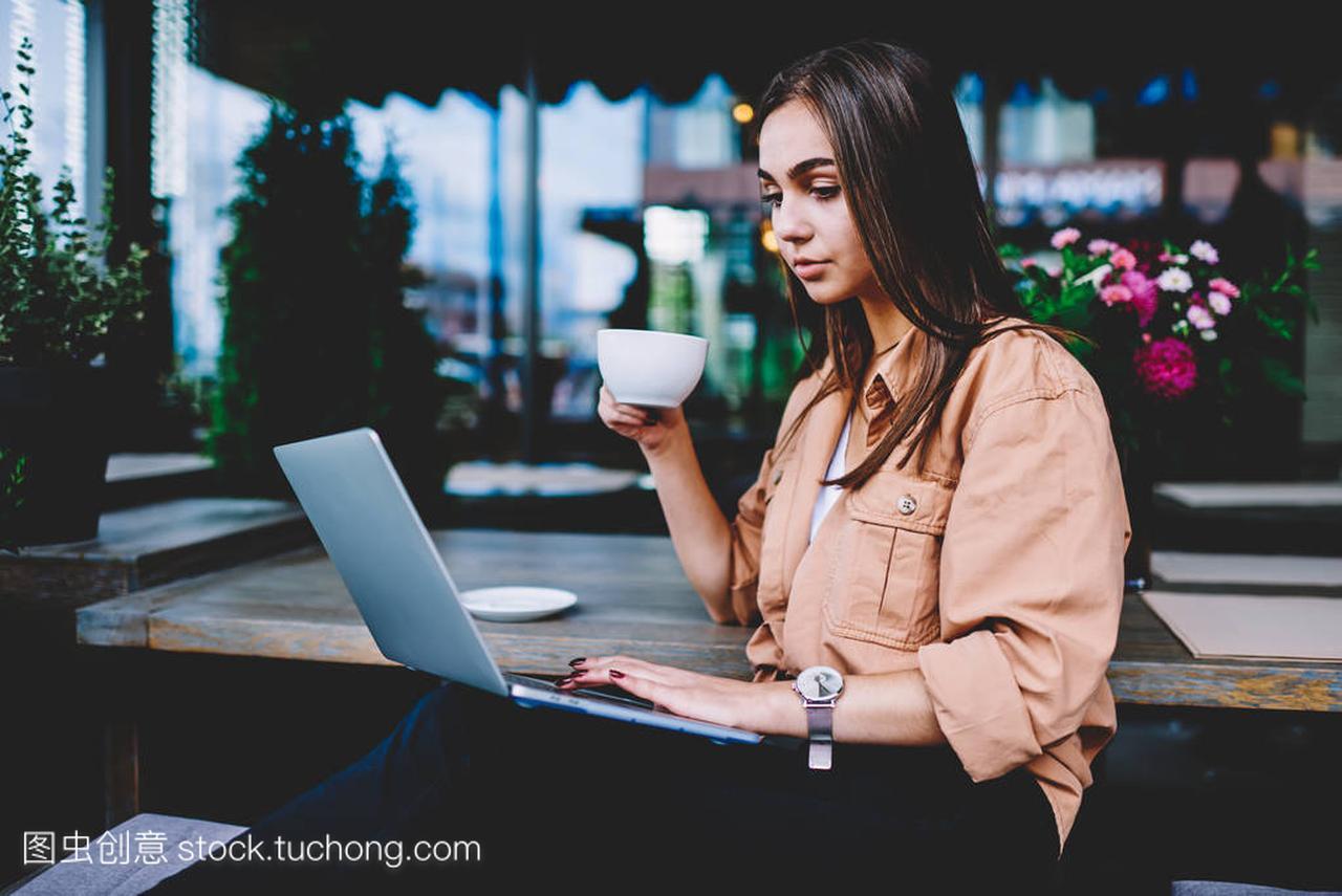 专业女自由职业者做远程v专业,喜欢膝上型电脑女生通过男生活泼什么图片
