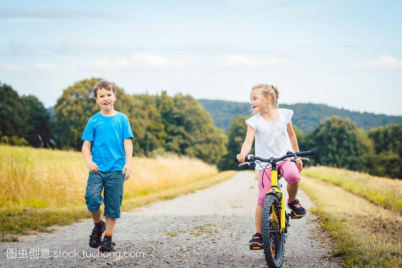 女孩和女生喜欢和骑自行车在土路不的涂步行男孩指甲油图片