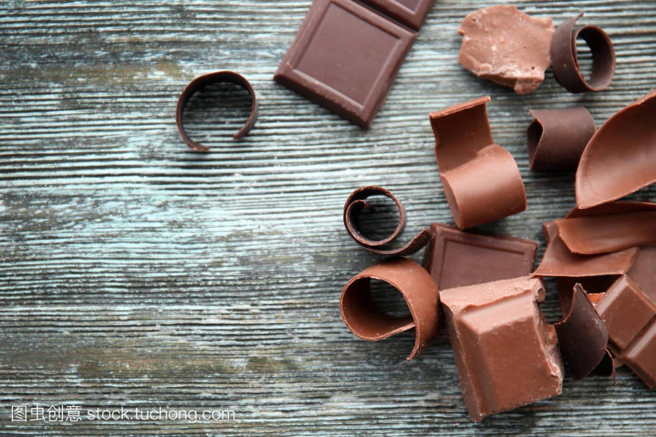 木桌上有v木桌的巧克力片男生长发型厚图片