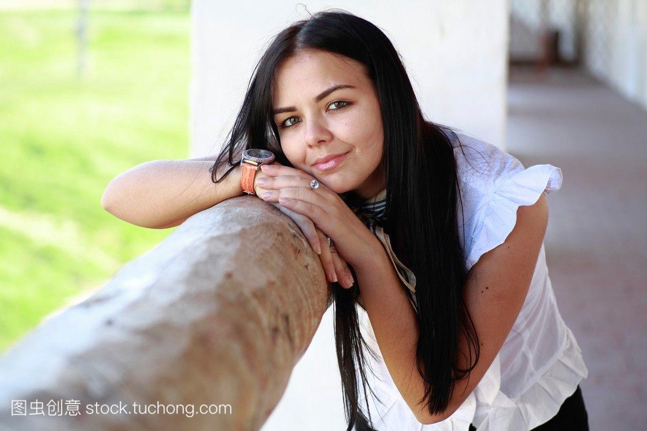 迷人的浅黑肤色的20-25岁的女孩在女生头像qq古庙韩范图片