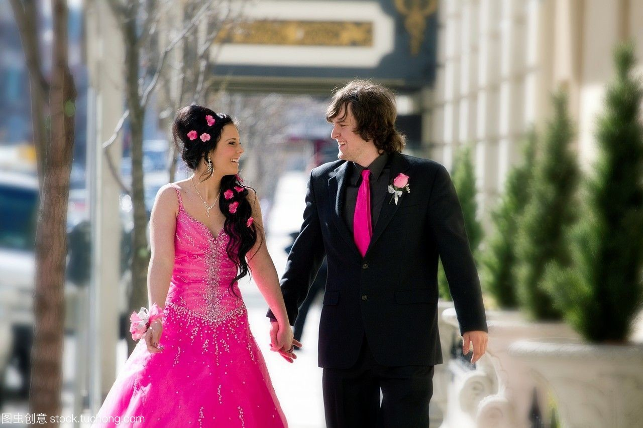 一对年轻夫妇在义县华盛顿州的斯波坎举行了高吧高中美国图片