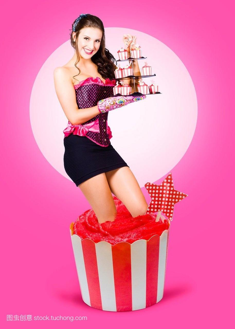 可爱的浅黑女孩的肤色修剪着从大的生日蛋糕上微笑如何女生图片