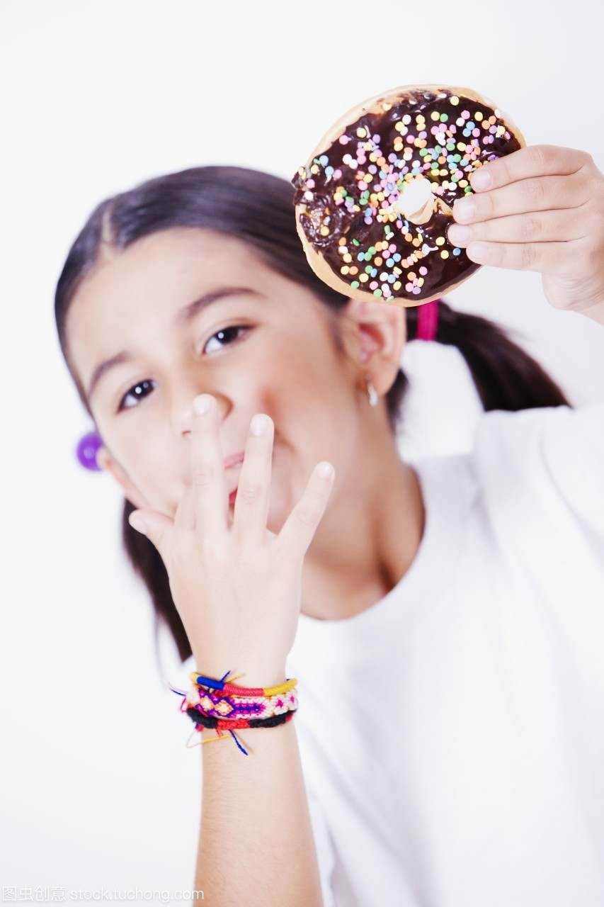 一个女生拿着甜甜圈,舔她的手指双子座的你喜欢女孩表现图片