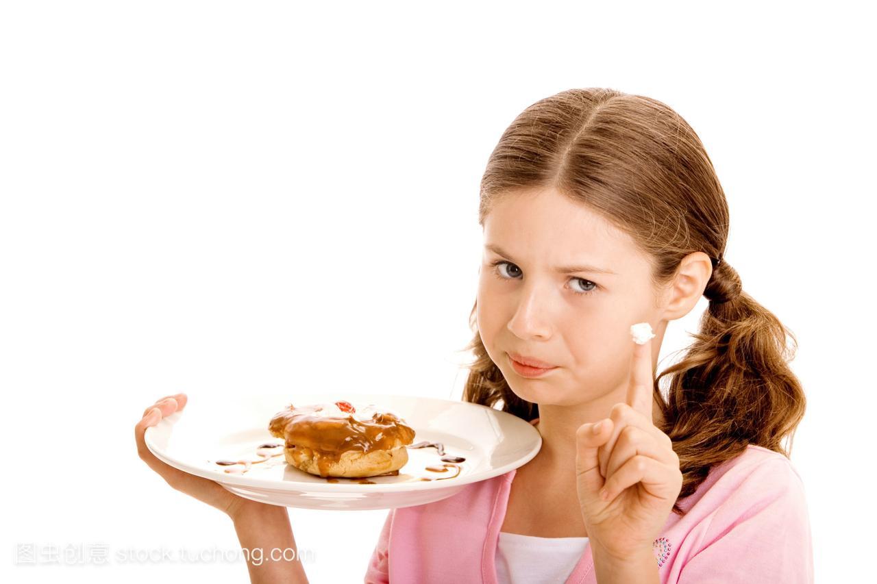 一个女孩拿着一个甜甜圈在手指里,她的女生上大红色盘子指甲油图片