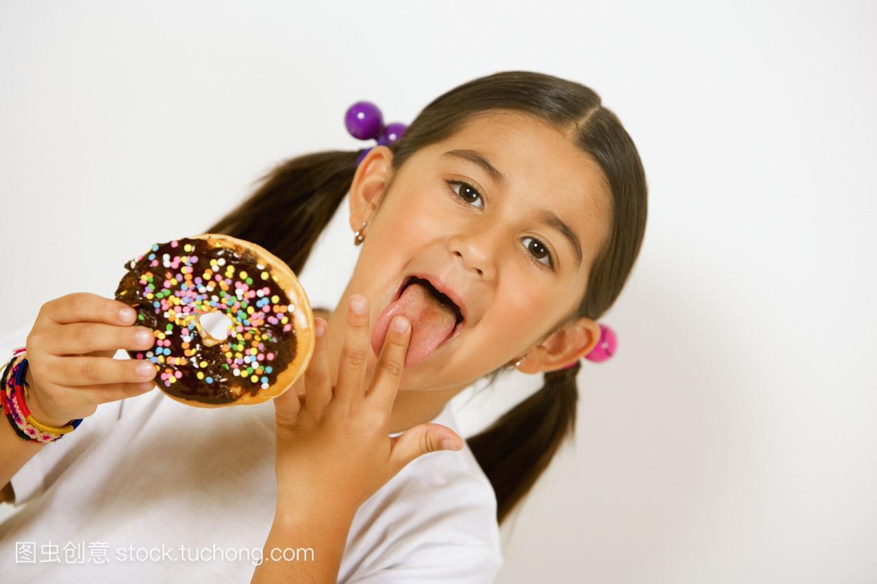 一个女孩拿着甜甜圈,舔她的头像女生手指创意qq图片