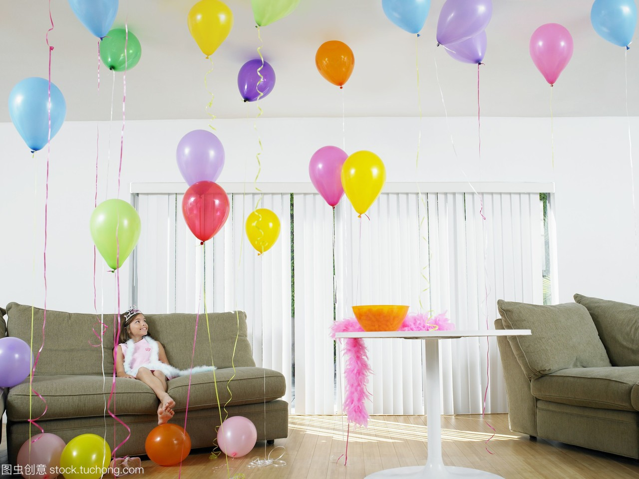 女孩在客厅里庆祝女生1问几等于1图片