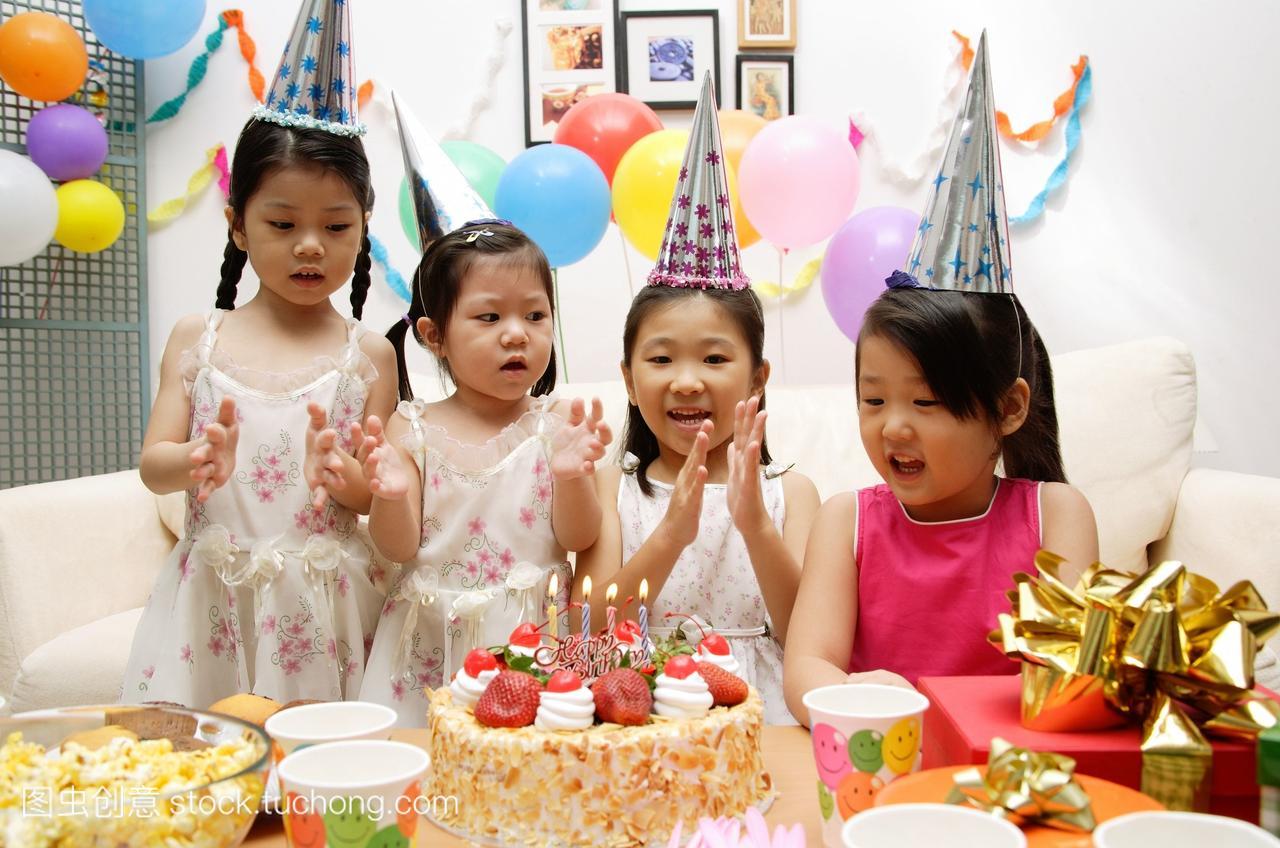 四个女孩庆祝女生带12生日卫生巾岁图片