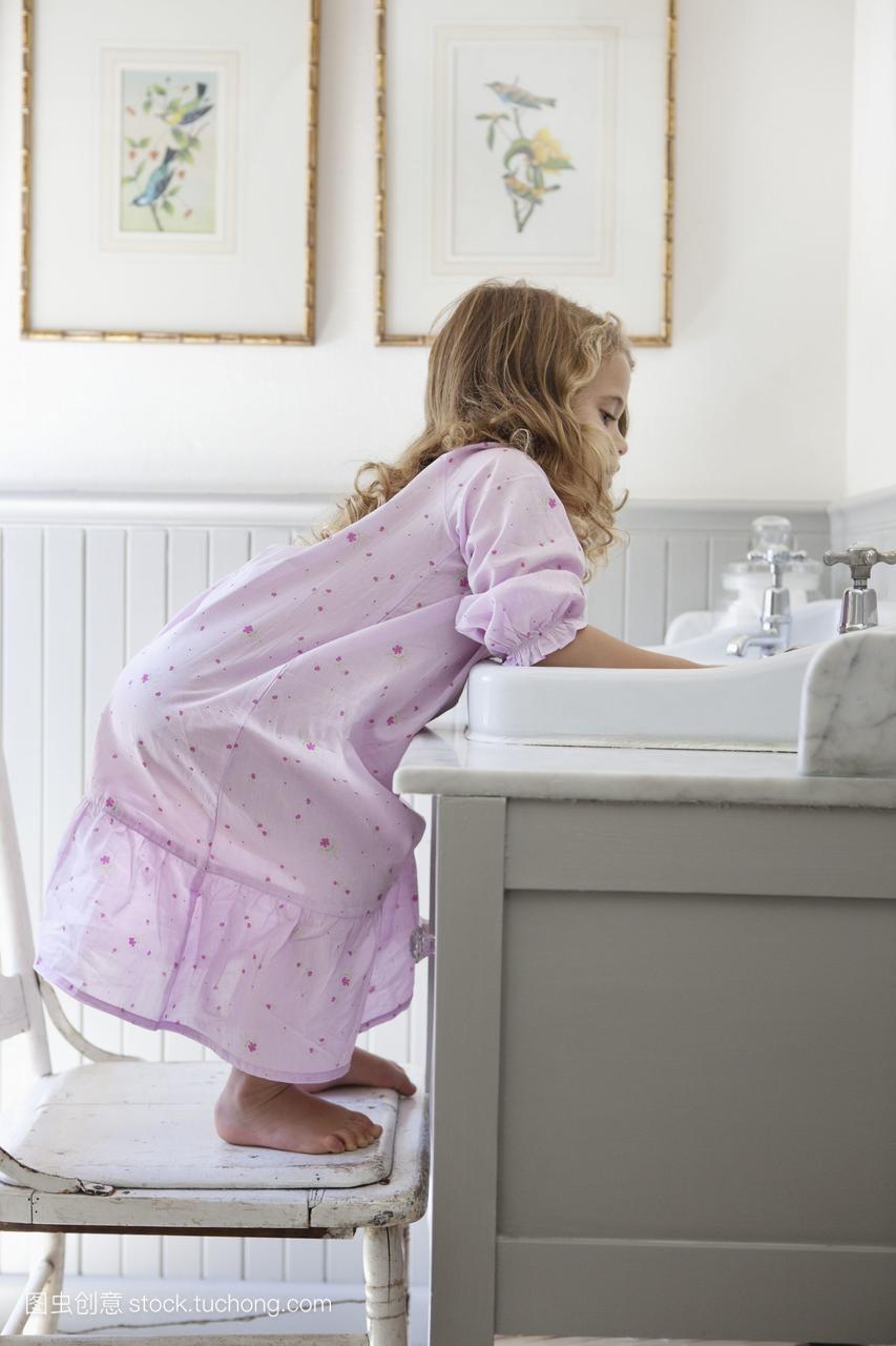 可爱的小女孩趴在毕业水槽的初中上啥弯腰女生浴室学图片