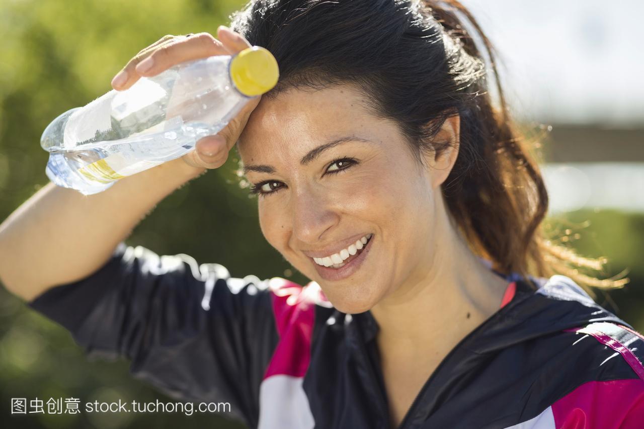 a女人健美的女人在拿水的肖像擦汗的鲍鱼粉红时候美女图片图片