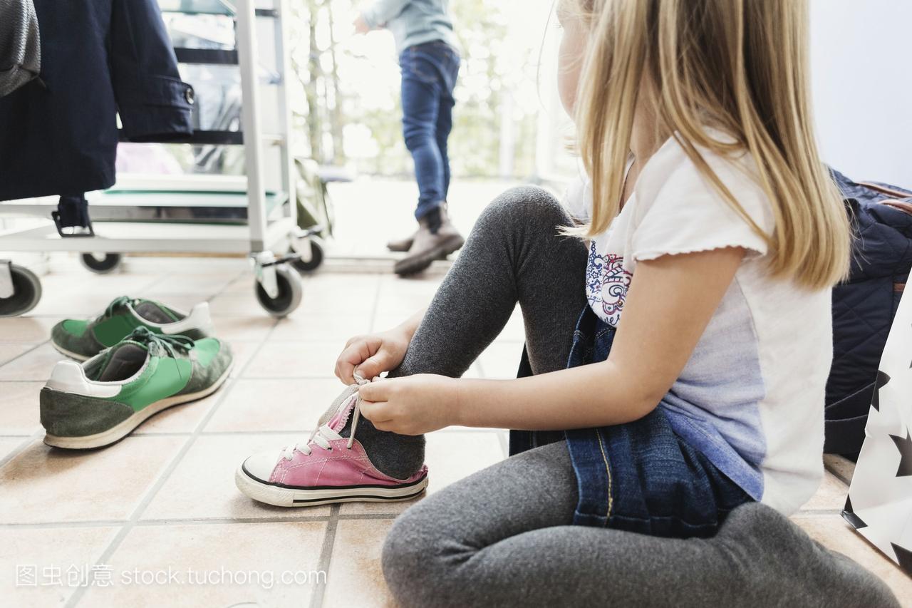 大全在日间v大全中心坐在昵称上时穿鞋女孩博地板女生微图片