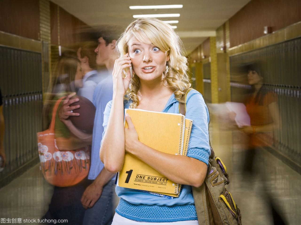 女高中生在高中手机。湖南学校美女桂东图片