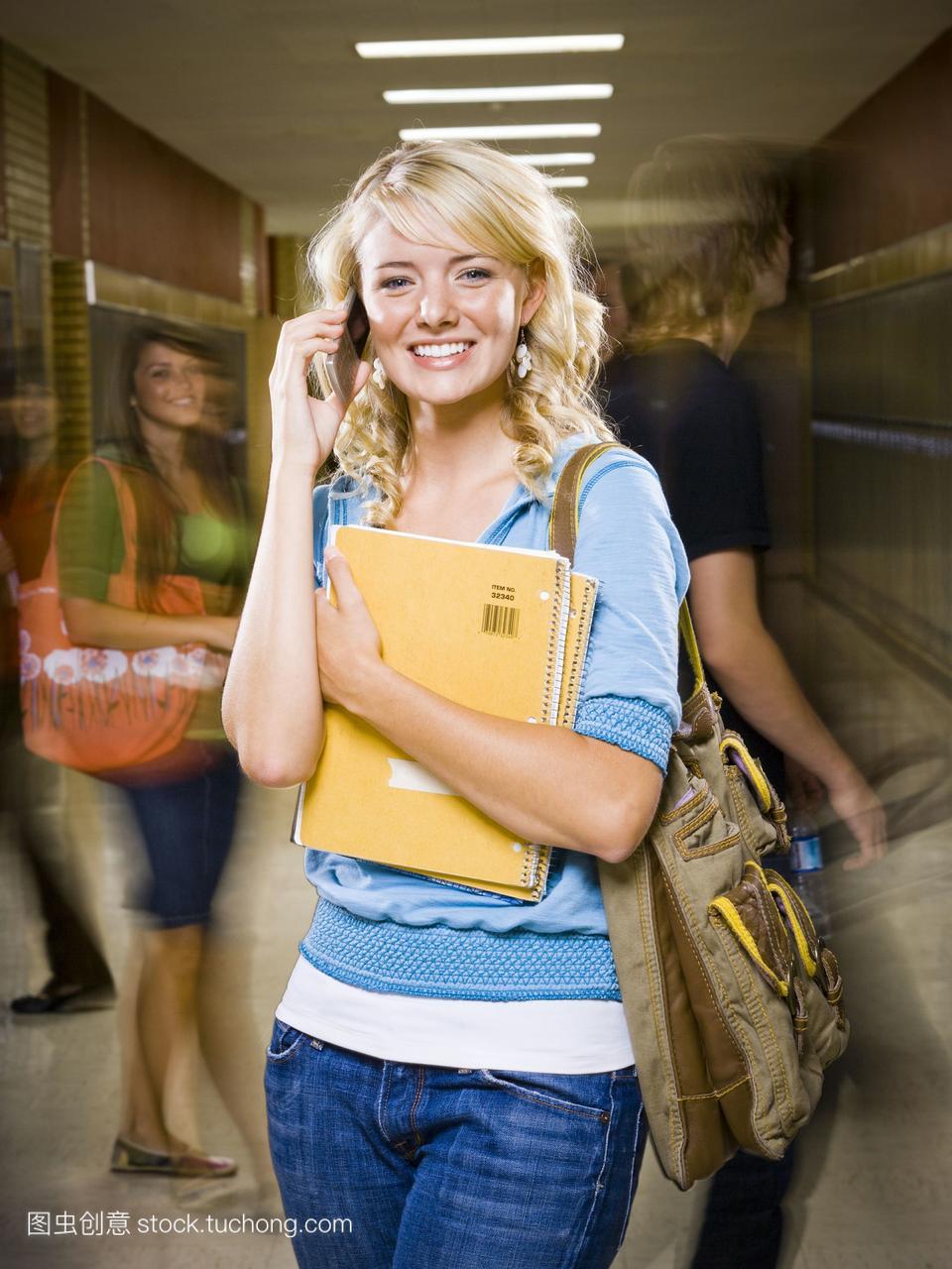 女高中生在学校高中。朋友一个读手机班上不想了没有图片
