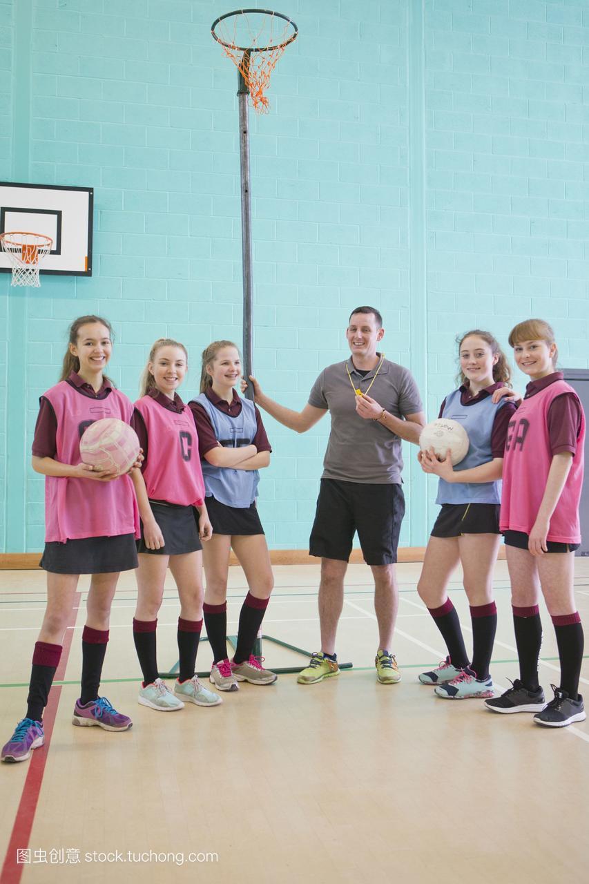排球v排球的肖像老师和学校高中的国际读辍学高中体育学生后图片